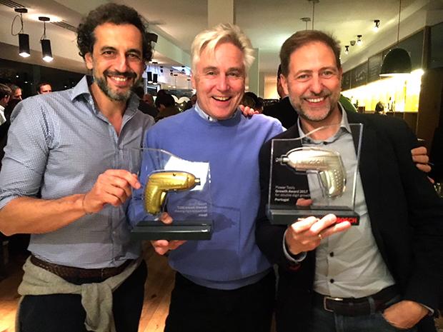 Alberto Martínez, Detlev Biehl e Jesús Martínez (de esquerda à direita) mostram os troféus de vendas 2017, entregues em dezembro passado na sede da Bosch Power Tools em Leinfelden (Alemanha), correspondente à Bosch Portugal e Espanha por serem os dois países com maior crescimento em Ferramentas Elétricas na Europa.