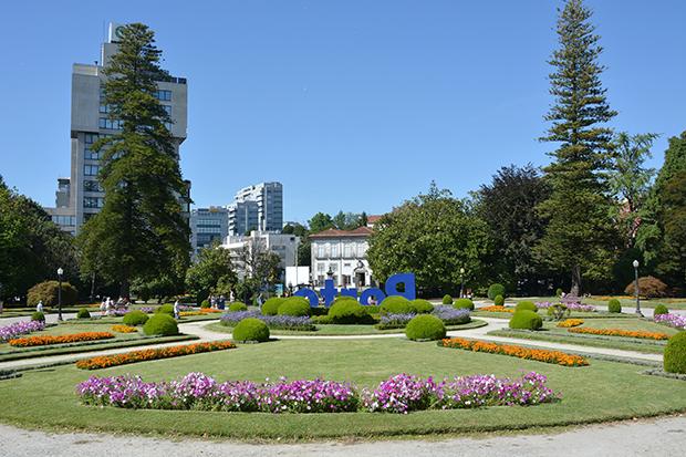 Jardim na entrada dos jardins do Palácio de Cristal