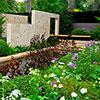 Um jardim que celebra o artesão e a beleza dos materiais naturais